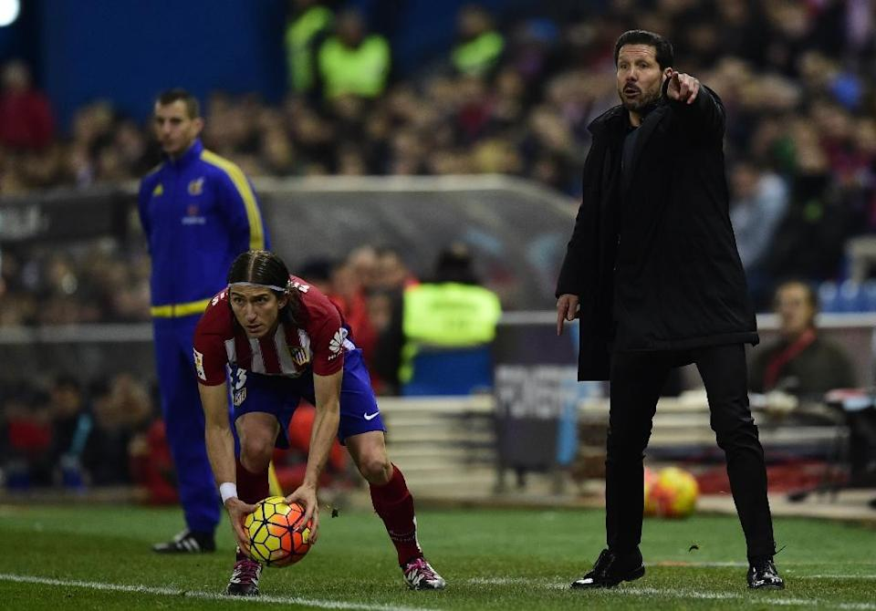 Atletico Madrid's coach Diego Simeone shouts instructions next to his player Filipe Luis during the Spanish league match against Athletic Club Bilbao in Madrid on December 13, 2015 (AFP Photo/Javier Soriano)