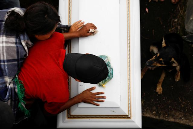 <p>People mourn over the coffin of Eric Rivas, 20, who died during the eruption of the Fuego volcano, during his wake in Alotenango, Guatemala, June 6, 2018. REUTERS/Jose Cabezas TPX IMAGES OF THE DAY – RC11AE3E3080 </p>
