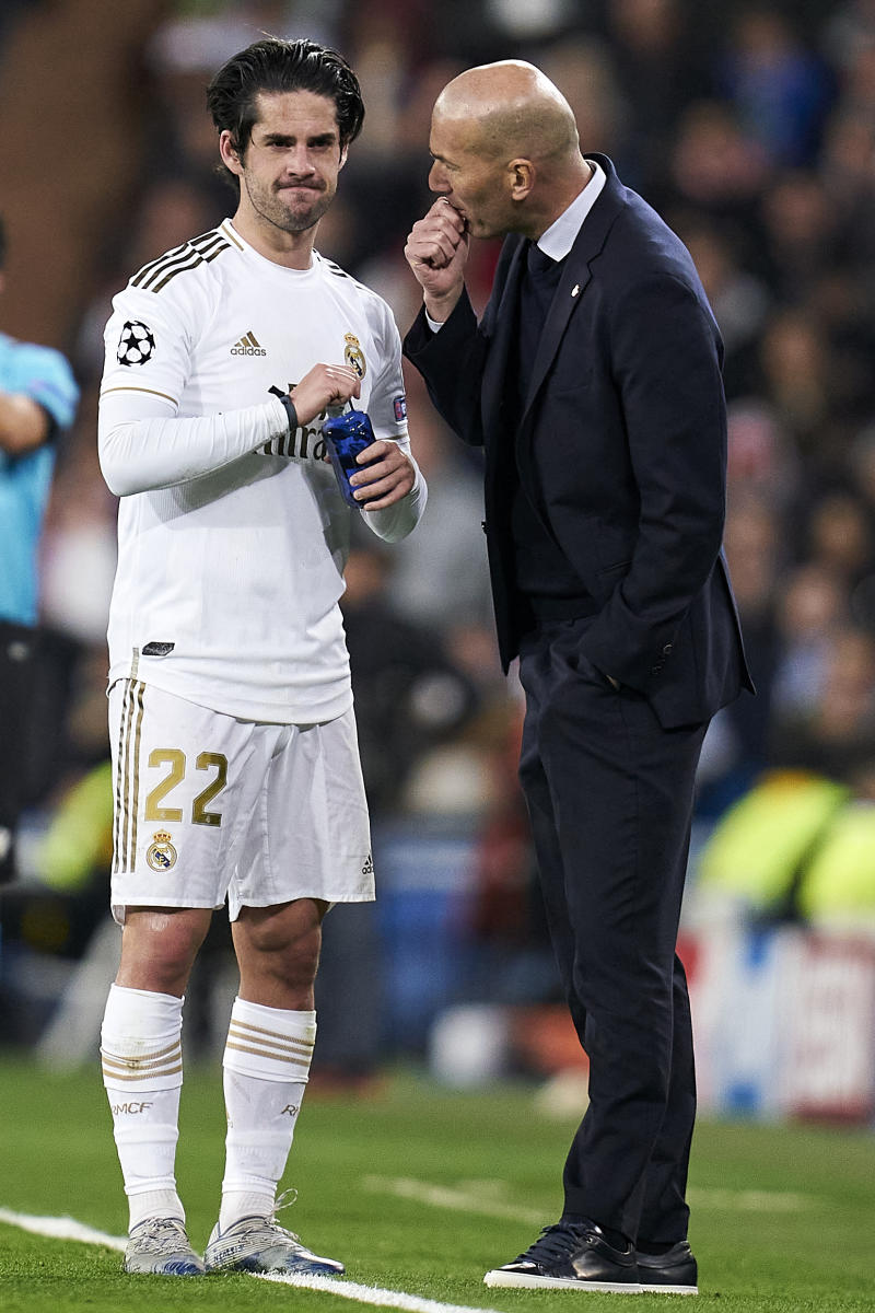 MADRID, SPAIN - FEBRUARY 26: Zinedine Zidane, Manager and Isco Alarcon of Real Madrid speaking during the UEFA Champions League round of 16 first leg match between Real Madrid and Manchester City at Bernabeu on February 26, 2020 in Madrid, Spain. (Photo by Diego Souto/Quality Sport Images/Getty Images)