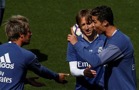 Football Soccer- Real Madrid training - Valdebebas training grounds, Madrid, Spain - 22/04/17 Real Madrid's Cristiano Ronaldo (R) talks to team mate Fabio Coentrao (L) and Luka Modric during training session. REUTERS/Sergio Perez