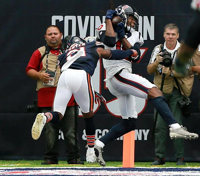 <p>DeAndre Hopkins #10 of the Houston Texans catches a 23 yard pass for a touchdown as Tracy Porter #21 of the Chicago Bears defends in the second quarter at NRG Stadium on September 11, 2016 in Houston, Texas. (Photo by Bob Levey/Getty Images) </p>
