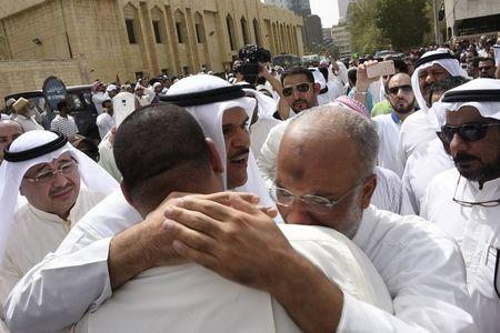 Kuwaiti Information Minister Sheikh Salman al-Humoud al-Sabah (C) consoles worshippers outside the Imam Sadiq Mosque after a suicide bomb attack following Friday prayers, in the Al Sawaber area of Kuwait City June 26, 2015. REUTERS/Jassim Mohammed
