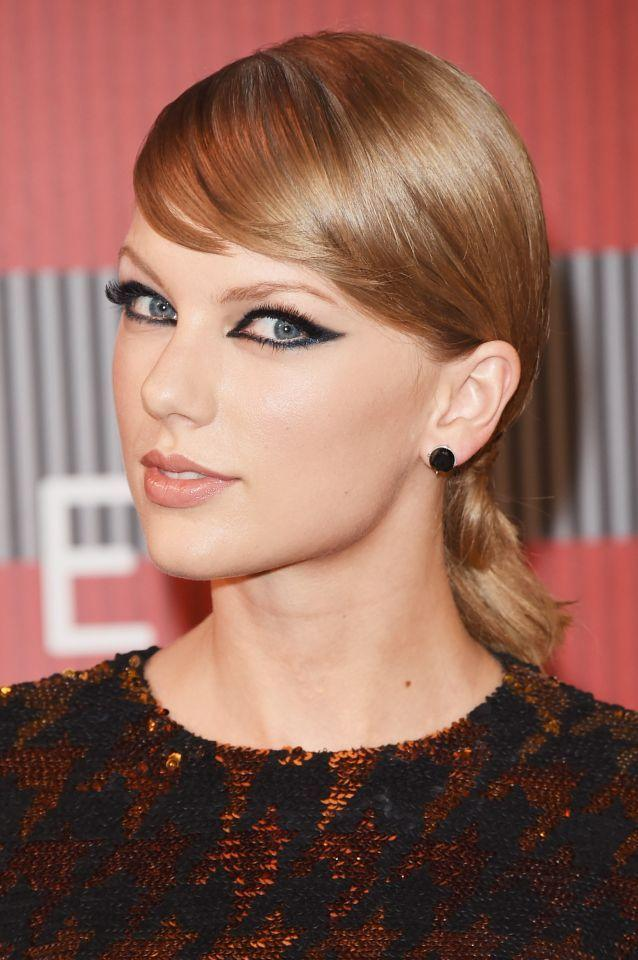 <p>Swift upgraded her signature cat eye for a full-blown '60s mod look at the MTV VMAs. (Photo: Getty Images)<br /></p>