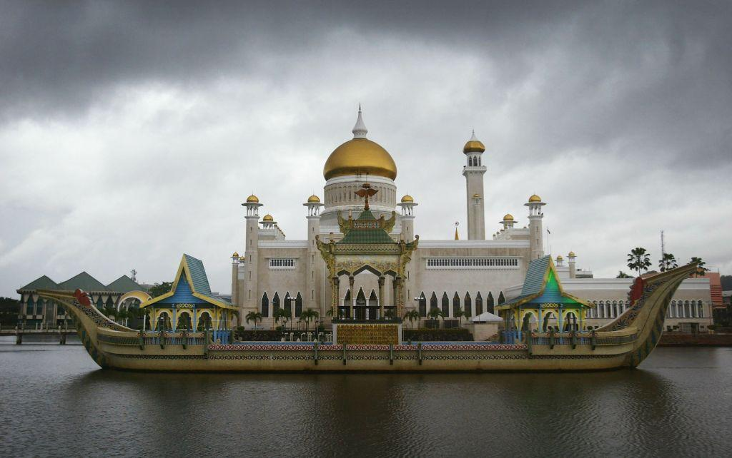 <b>BRUNEI:</b> The Sultan Omar Ali Saifuddien Mosque in Bandar Seri Begawan, Brunei is considered one of the most beautiful mosques in Asia Pacific and unites Italian and Mughal  architecture styles. Named after Omar Ali Saifuddien III, the 28th Sultan of Brunei, the mosque dominates the skyline of Bandar Seri Begawan. It was built in 1958.