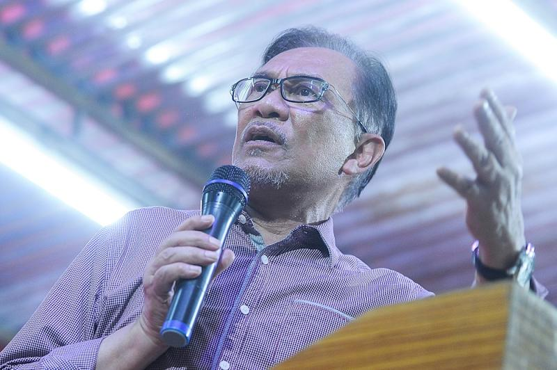 PKR president Datuk Seri Anwar Ibrahim speaks during a dinner event at Tanam Putri Jaya in Balakong September 6, 2018. — Picture by Shafwan Zaidon