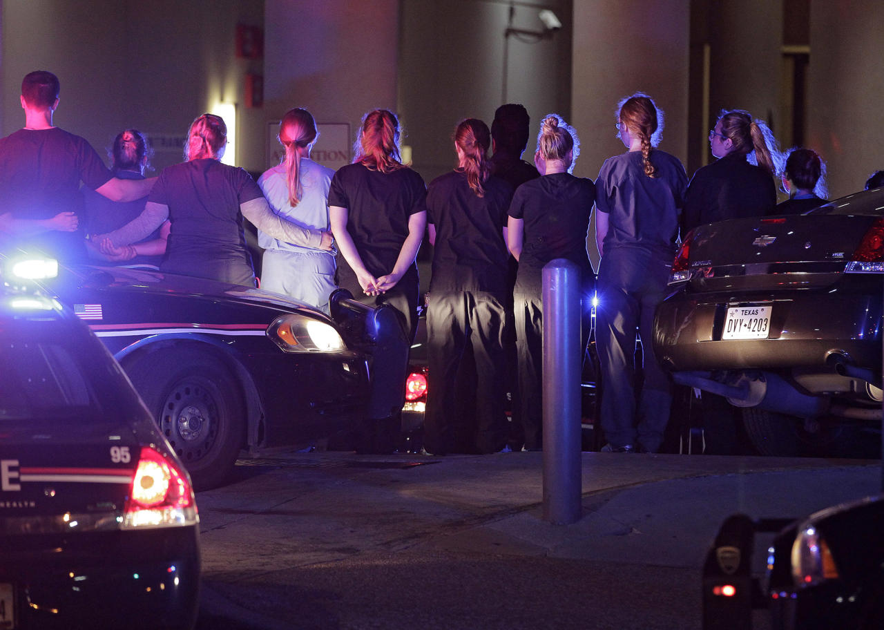 <p>Dallas police officers and hospital staff form a line around the emergency entrance to Baylor University Hospital as a police officer's body is taken from the facility in Dallas, Texas, July 8, 2016. (Photo: RALPH LAUER/EPA) </p>