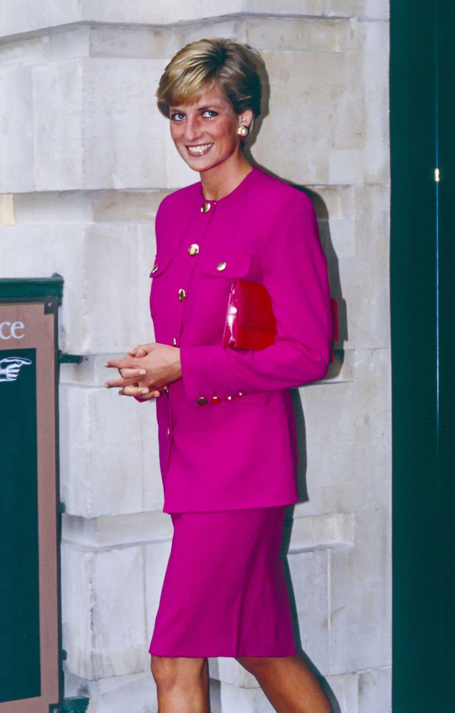 <p>A very happy Diana styled this all-pink ensemble with a statement-making red bag for a visit to the Theatre Museum in London back in September 1990.<br></p>