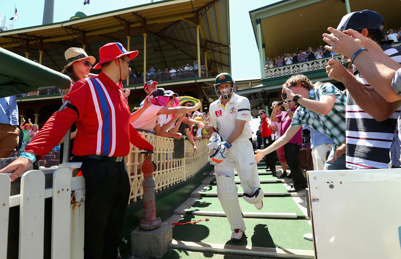 SYDNEY, AUSTRALIA - JANUARY 06: Michael Hussey of Australia walks out to bat for the last time in his Test career during day four of the Third Test match between Australia and Sri Lanka at Sydney Cricket Ground on January 6, 2013 in Sydney, Australia.  (Photo by Ryan Pierse/Getty Images)
