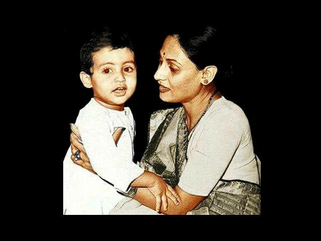 3. Seen in this rare photo with mom Jaya Bachchan is 'Raavan' star Abhishek Bachchan. Born on 5th February, 1976, Abhishek was dyslexic as a kid.