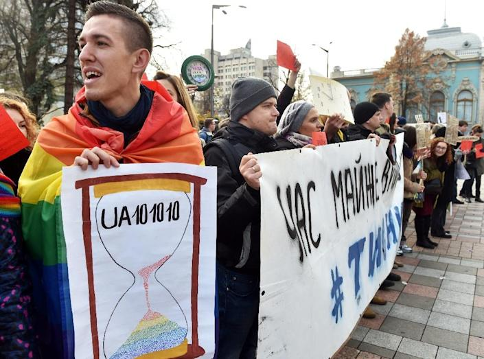 Gay rights activists protest outside the Ukrainian parliament in Kiev on November 12, 2015 (AFP Photo/Sergei Supinsky)