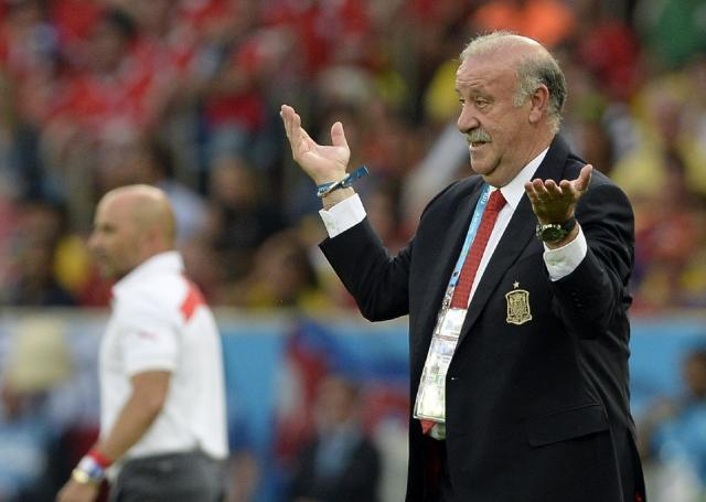 Spain's head coach Vicente Del Bosque gestures during the group B World Cup soccer match between Spain and Chile at the Maracana Stadium in Rio de Janeiro, Brazil, Wednesday, June 18, 2014. (AP Photo/Manu Fernandez)