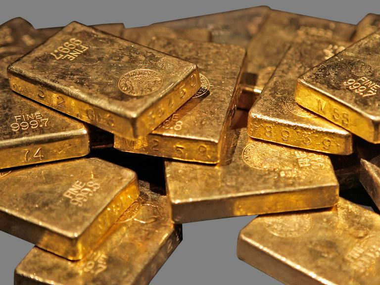 Gold dips on outlook for US rate hikes