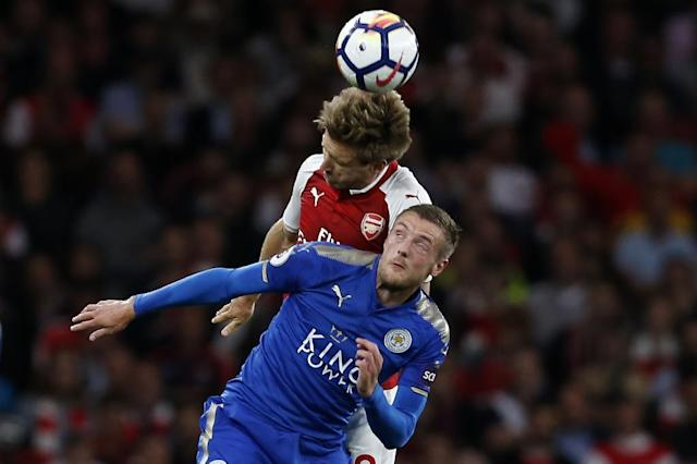 Leicester City's Jamie Vardy (front) fights for the ball with Arsenal's Nacho Monreal during their English Premier League match, at the Emirates Stadium in London, on August 11, 2017 (AFP Photo/Ian KINGTON)