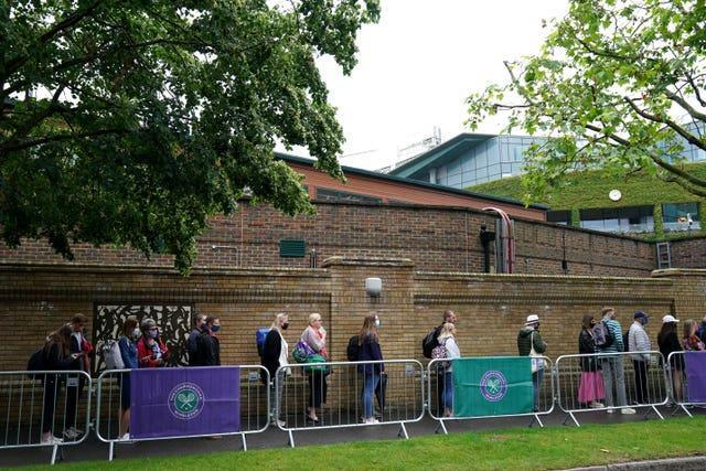 Fans que to enter the All England Club