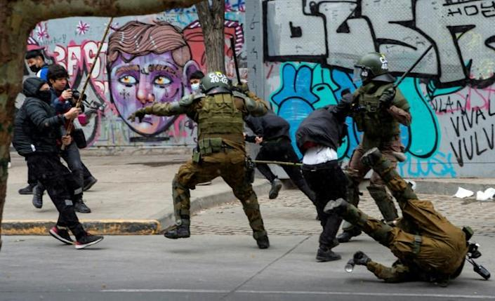 Riot policemen clash with demonstrators during a protest of Mapuche indigenous people in downtown Santiago, on October 10, 2021 (AFP/Martin BERNETTI)