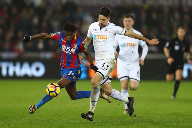"Swansea and <a class=""link rapid-noclick-resp"" href=""/soccer/teams/crystal-palace/"" data-ylk=""slk:Crystal Palace"">Crystal Palace</a> battled to a 1-1 draw that kept things tight at the bottom of the Premier League table. (Getty)"