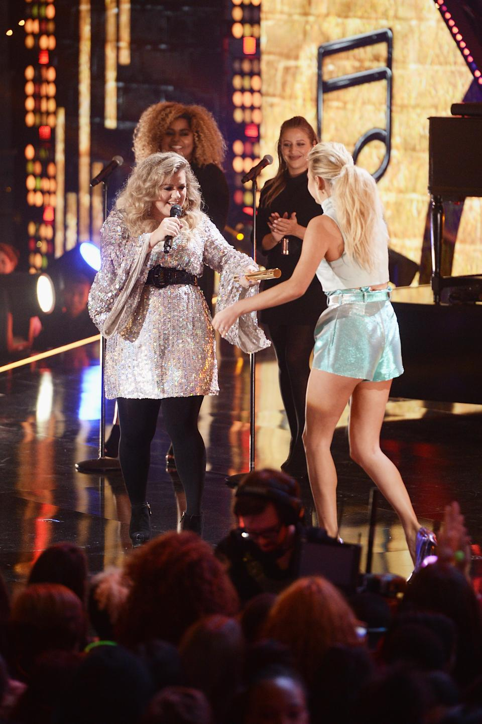 Kelly Clarkson and Kelsea Ballerini onstage at the Nickelodeon HALO Awards in 2017.  (Photo: Andrew Toth/Getty Images for Nickelodeon)