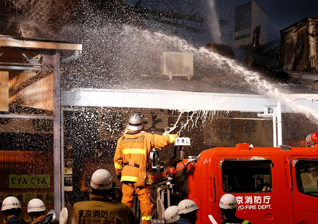 <p>Firefighters operate at the fire site at Tokyo's Tsukiji fish market in Tokyo, Japan August 3, 2017. (Photo: Toru Hanai/Reuters) </p>