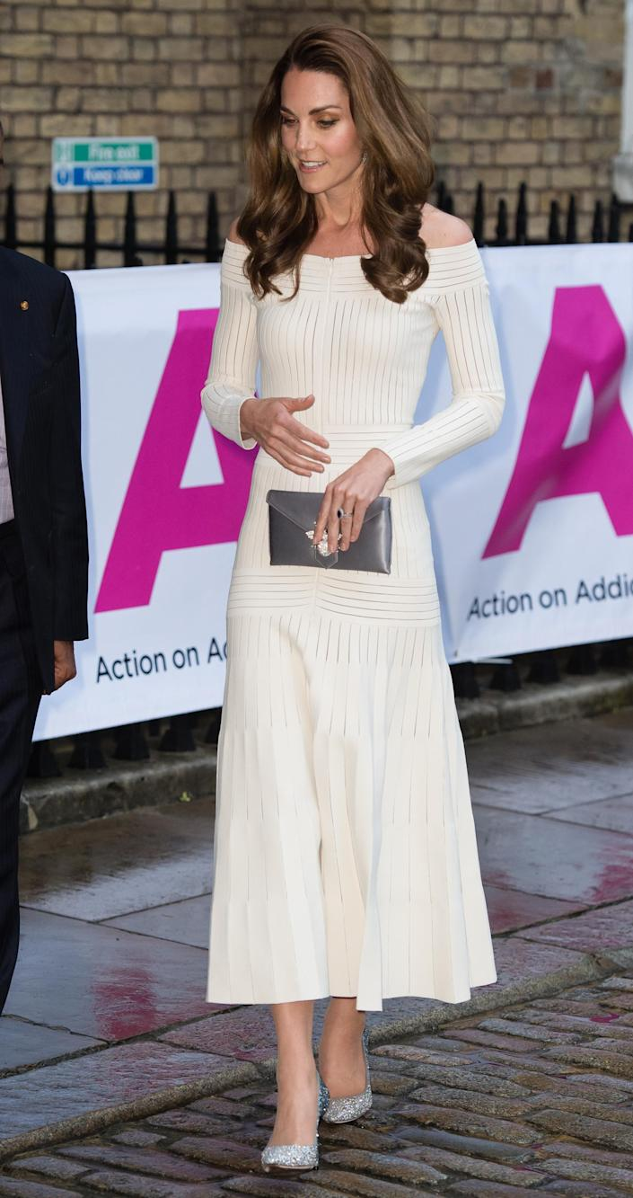Kate Middleton portait les talons Jimmy Choo Romy 100 à l'Action on Addiction plus tôt cette année [Photo: Getty]