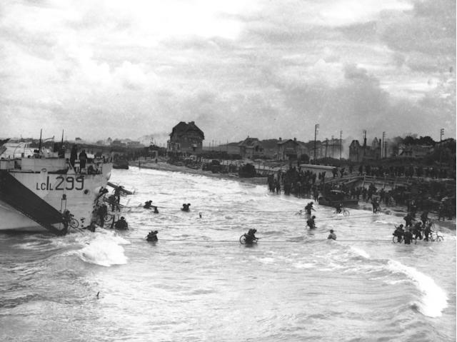 <p>Soldiers of the 2nd Canadian Flotilla are carrying bicycles as they disembark from their Landing Craft Infantries at a beachhead code-named Juno Beach at Bernières-sur-Mer during the Allied invasion of Normandy, France, on June 6, 1944. (Photo: AP) </p>