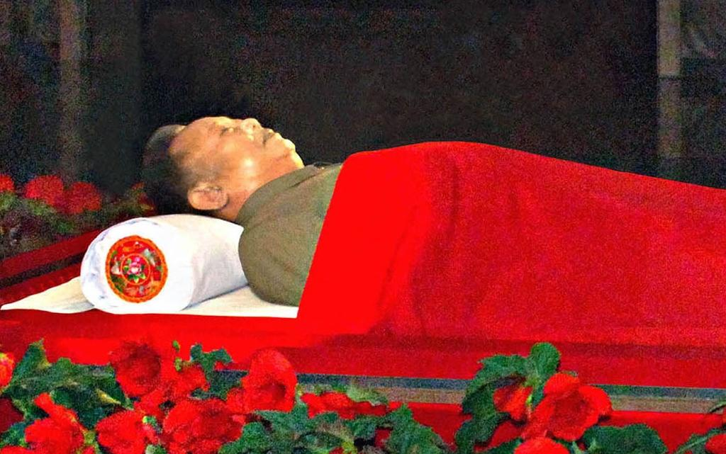 The body of North Korean leader Kim Jong-Il lies in state in a glass coffin at the Kumsusan Memorial Palace in Pyongyang (AFP Photo/-)