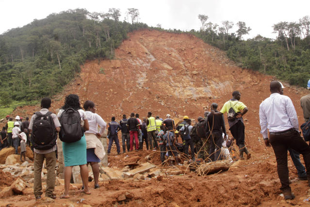 <p>Volunteers wait at the scene of heavy flooding and mudslides in Regent, just outside of Sierra Leone's capital Freetown, Aug. 15 , 2017. (Photo: Manika Kamara/AP) </p>