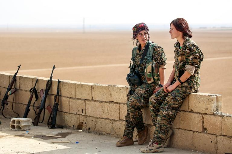 Members of the Kurdish Women's Protection Units rest around 40 kilometres away from Raqa on November 9, 2016