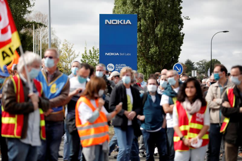 Workers protest over job cuts at Nokia in France