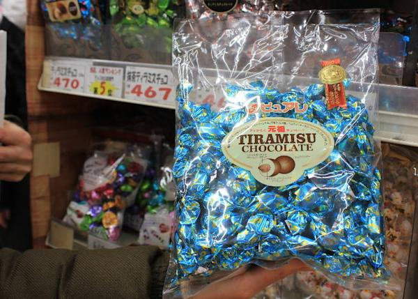 This is called the grandpa of all tiramisu chocolates. The large bag is popular. (1,500 yen)