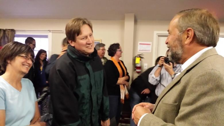 Tom Mulcair draws a crowd in Iqaluit