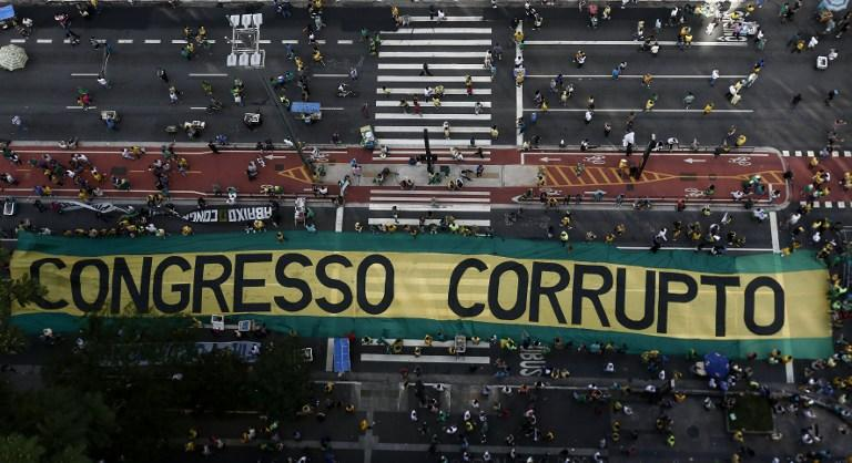 <p>Demonstrators protest along Paulista Avenue in Sao Paulo, Brazil on December 4, 2016 against corruption and in support of the Lava Jato anti-corruption operation that investigates the bribes scandal of Petrobras. </p>