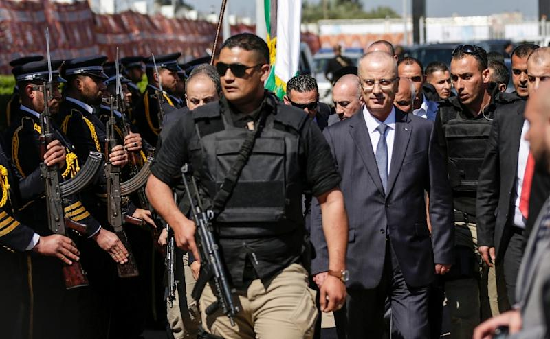 Palestinian orime minister Rami Hamdallah is escorted by his bodyguards, is greeted by police forces of the Islamist Hamas movement upon his arrival in Gaza City on March 13, 2018 (AFP Photo/MAHMUD HAMS)