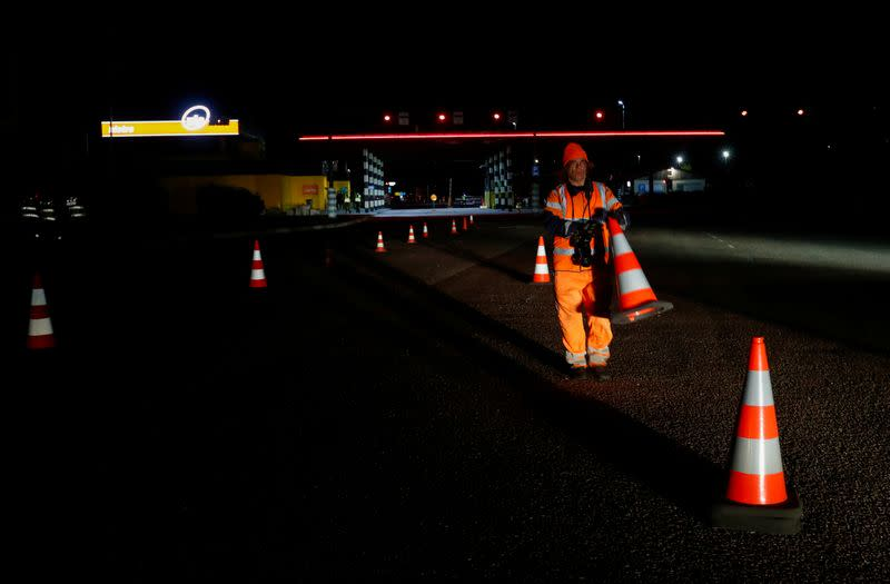 A worker removes barriers at border crossing point in Ikla