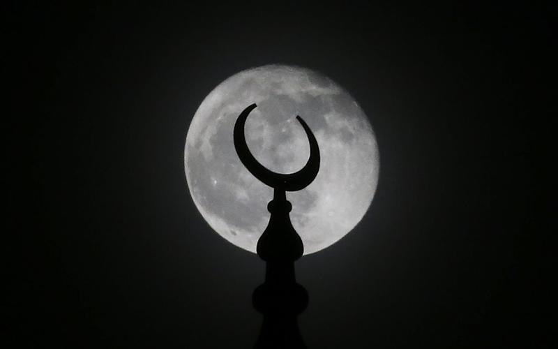 The November full moon rises over the Diyanet Mosque at night time in Washington, United States - Anadolu