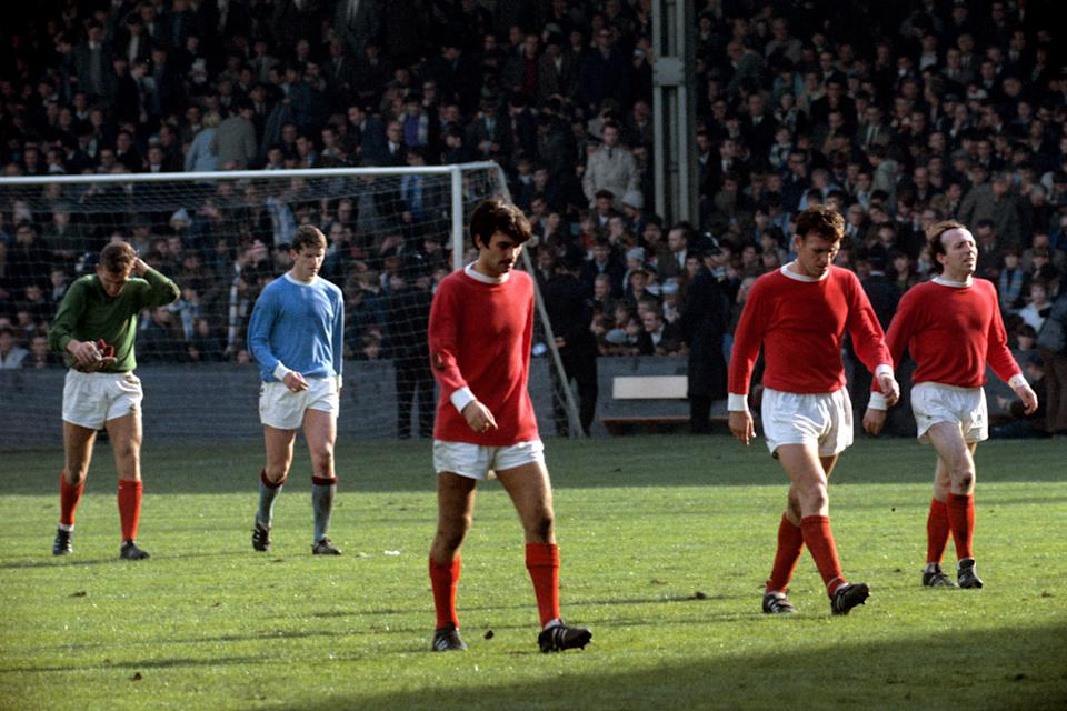 Manchester United's Alex Stepney (l), George Best (c), Pat Crerand (second r) and Nobby Stiles (r), and Manchester City's Mike Doyle (second l), leave the pitch at half-time (Photo by PA Images via Getty Images)