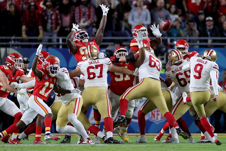 MIAMI, FLORIDA - FEBRUARY 02: Robbie Gould #9 of the San Francisco 49ers kicks a 38-yard field goal against the Kansas City Chiefs during the first quarter in Super Bowl LIV at Hard Rock Stadium on February 02, 2020 in Miami, Florida. (Photo by Jamie Squire/Getty Images)