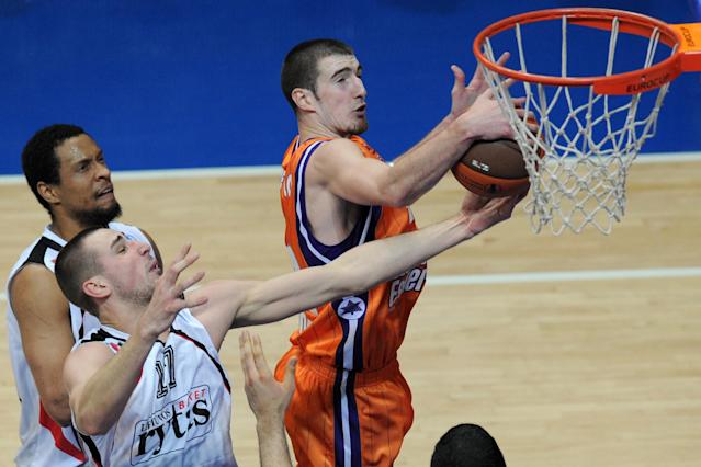 Valencia's Nando De Colo (R) vies with Lietuvos Rytas's Jonas Valanciunas (C) and Lawrence Roberts during an Eurocup semi-final basketball match between Valencia and Lietuvos Rytas in Khimki, outside Moscow, on April 14, 2012. AFP PHOTO / KIRILL KUDRYAVTSEV (Photo credit should read KIRILL KUDRYAVTSEV/AFP/Getty Images)