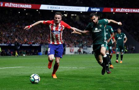 Soccer Football - La Liga Santander - Atletico Madrid v Real Betis - Wanda Metropolitano, Madrid, Spain - April 22, 2018 Atletico Madrid's Saul Niguez in action with Real Betis' Jordi Amat REUTERS/Juan Medina