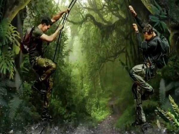 A still from 'Into The Wild With Bear Grylls' featuring Bollywood actor Akshay Kumar and British adventurer Bear Grylls (Image Source: Twitter)