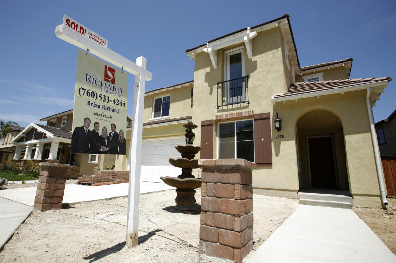 A newly sold home at a new housing subdivision is seen in San Marcos, California August 20, 2007. The economic contagion that started with a slump in U.S. home prices as spread throughout the financial sector due to default rates on risky subprime mortgages. REUTERS/Mike Blake (UNITED STATES)