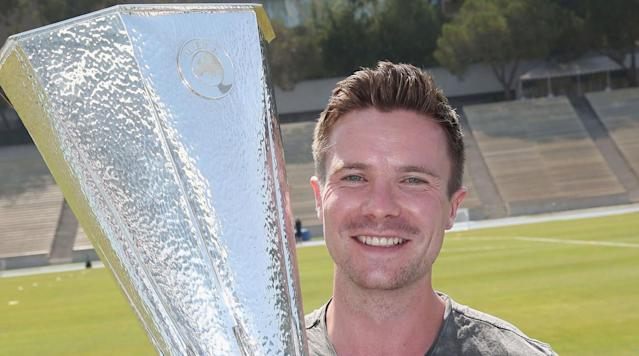 <p>Game of Thrones actor Joe Dempsie (Gendry) holds Manchester United's Europa League trophy.</p>