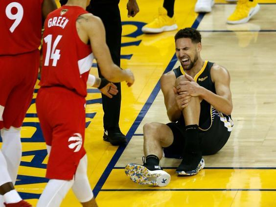 Klay Thompson reacts to injuring his knee (Getty)