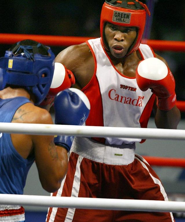 Canada's Adonis Stevenson (R) fights Samoa's Warren Fuavailili in Melbourne, March 23, 2006 (AFP Photo/Emmanuel Dunand)