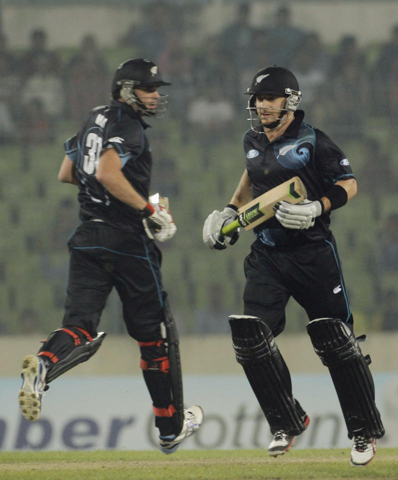 New Zealand's Kyle Mills (L) and Nathan McCullum run between the wickets against Bangladesh during their second one-day international (ODI) cricket match in Dhaka October 31, 2013. REUTERS/Andrew Biraj (BANGLADESH - Tags: SPORT CRICKET)
