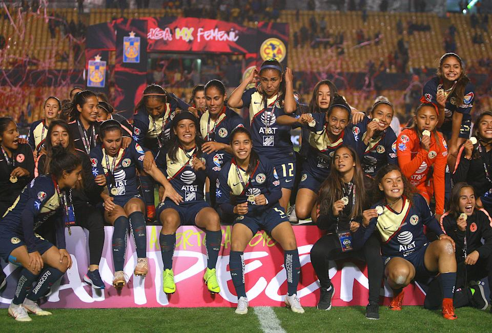 MONTERREY, MEXICO - DECEMBER 15: Players of America celebrate with the cup after the final second leg match between Tigres UANL and America as part of the Torneo Apertura 2018 Liga MX Femenil at Universitario de Monterrey on December 15, 2018 in Monterrey, Mexico. (Photo by Alfredo Lopez/Jam Media/Getty Images)