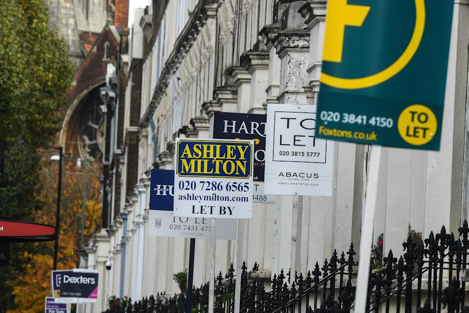 LONDON, ENGLAND - OCTOBER 26: Letting signs are seen outside properties in Maida Vale on October 26, 2020 in London, England. As many young people renting rooms have left the capital due to the Coronavirus Pandemic, rents are dropping and in some places have fallen by a third. Aldgate has seen a 34% fall in price per room, whilst prices in Little Venice and Maida Vale dropped by 20%. The average rent drop for a room in London's Zone one dropped by 11% in comparison to this time last year. (Photo by Peter Summers/Getty Images)