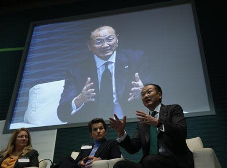 World Bank President Jim Yong Kim (R) speaks during the opening ceremony of the headquarters of the Green Climate Fund in Incheon, west of Seoul December 4, 2013. REUTERS/Kim Hong-Ji
