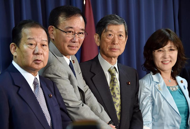The new executive members of Japan's ruling Liberal Democratic Party pose for photos at the LDP headquarters in Tokyo on September 3, 2014 (AFP Photo/Yoshikazu Tsuno)