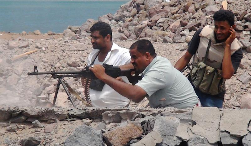 Supporters of Yemen's Southern Separatist Movement keep position near Aden airport on May 3, 2015 as battles against Shiite Huthi rebels continue (AFP Photo/Saleh al-Obeidi)