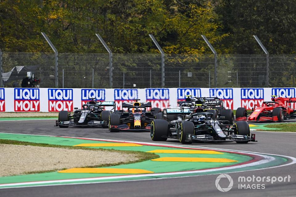 "Valtteri Bottas, Mercedes F1 W11, Max Verstappen, Red Bull Racing RB16, Lewis Hamilton, Mercedes F1 W11, al inicio<span class=""copyright"">Mark Sutton / Motorsport Images</span>"
